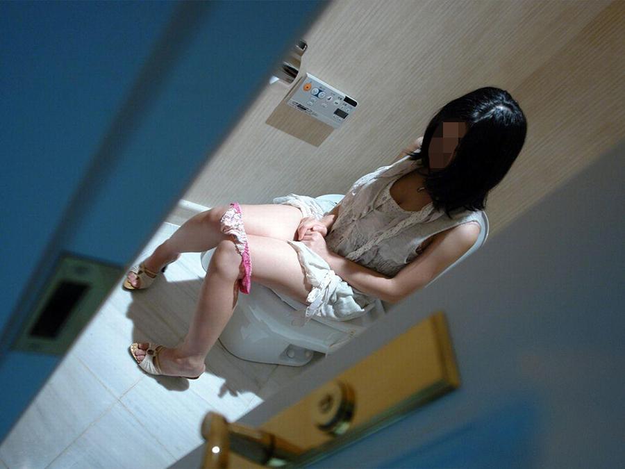 「恥ずかしい…!」ラブホでトイレ中の女を激写したエロ画像27枚・17枚目の画像