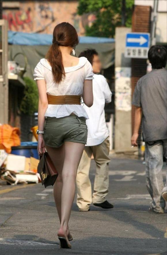 韓国素人娘の美脚がたまらん街撮り盗撮エロ画像30枚・18枚目の画像