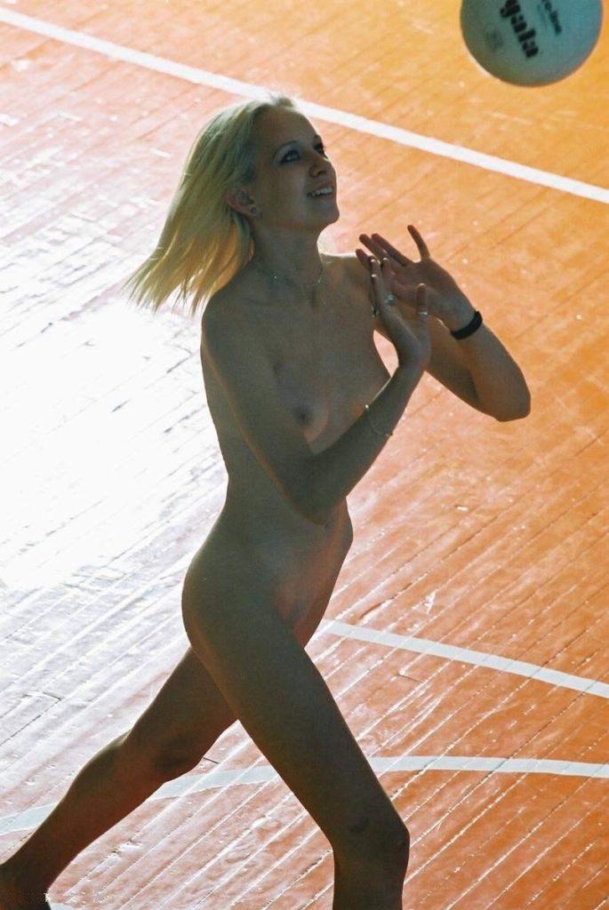 全裸スポーツをする露出大好き外国人のエロ画像25枚・18枚目の画像