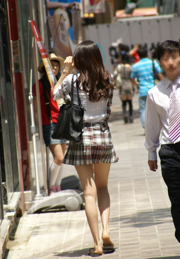 韓国素人娘の美脚がたまらん街撮り盗撮エロ画像30枚・20枚目の画像