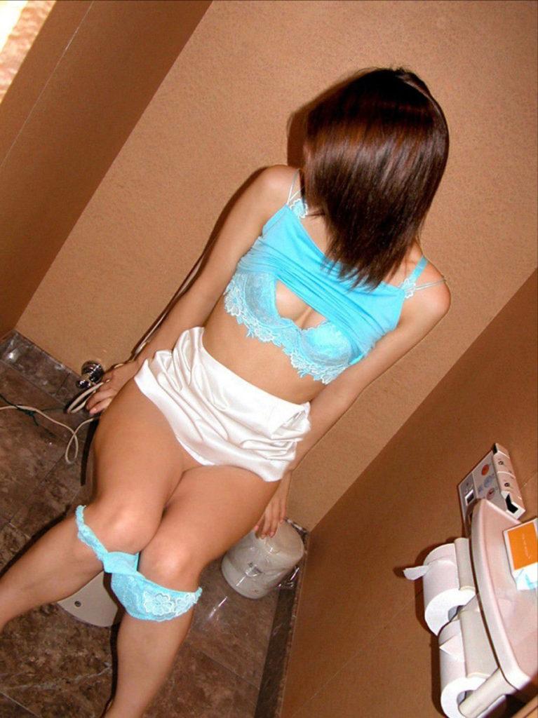 「恥ずかしい…!」ラブホでトイレ中の女を激写したエロ画像27枚・20枚目の画像