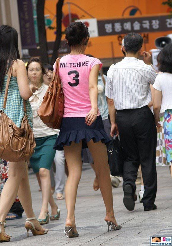 韓国素人娘の美脚がたまらん街撮り盗撮エロ画像30枚・25枚目の画像