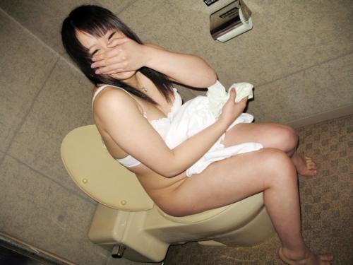 「恥ずかしい…!」ラブホでトイレ中の女を激写したエロ画像27枚・31枚目の画像