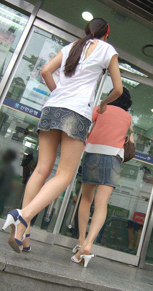 韓国素人娘の美脚がたまらん街撮り盗撮エロ画像30枚・32枚目の画像