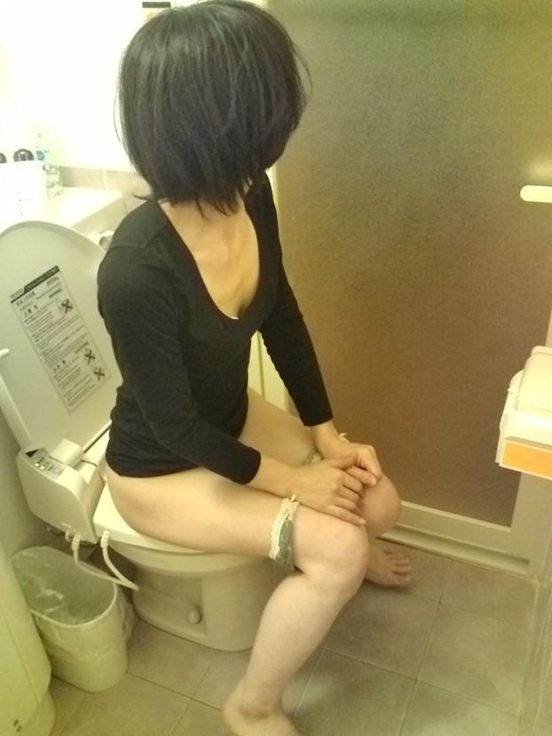 「恥ずかしい…!」ラブホでトイレ中の女を激写したエロ画像27枚・33枚目の画像