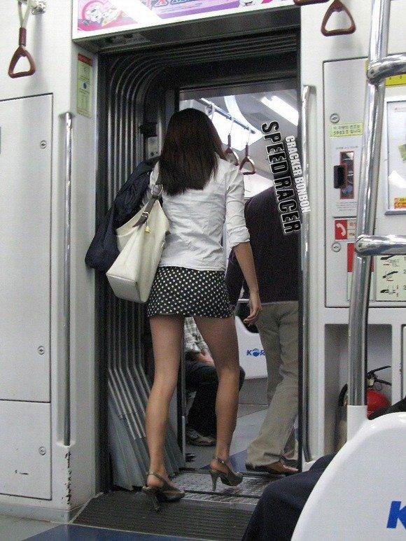 韓国素人娘の美脚がたまらん街撮り盗撮エロ画像30枚・35枚目の画像