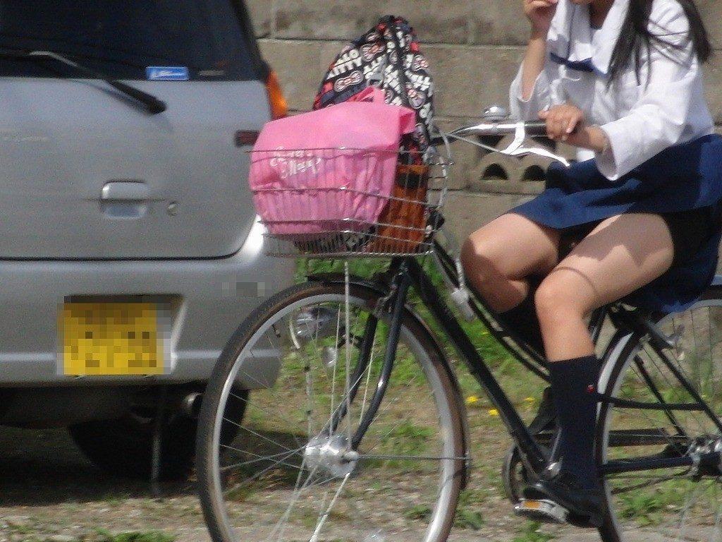 自転車通学中のJK娘の盗撮エロ画像30枚