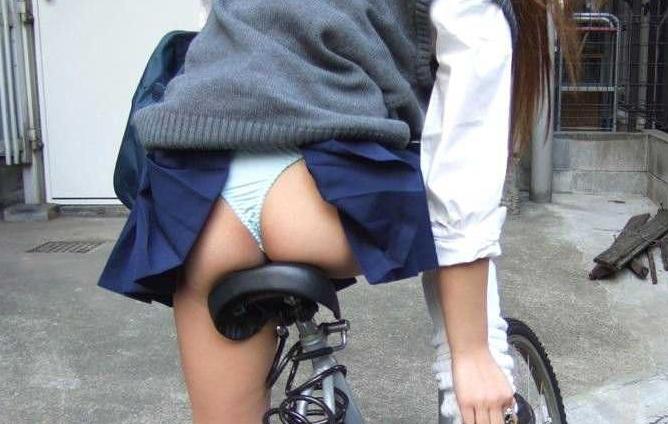 スカート捲れ上がってパンチラしてるエロ画像30枚