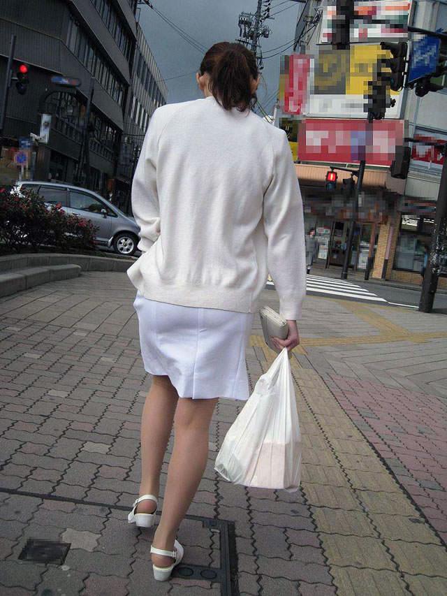 街中で見るナース服姿の透けパンエロ画像22枚・2枚目の画像
