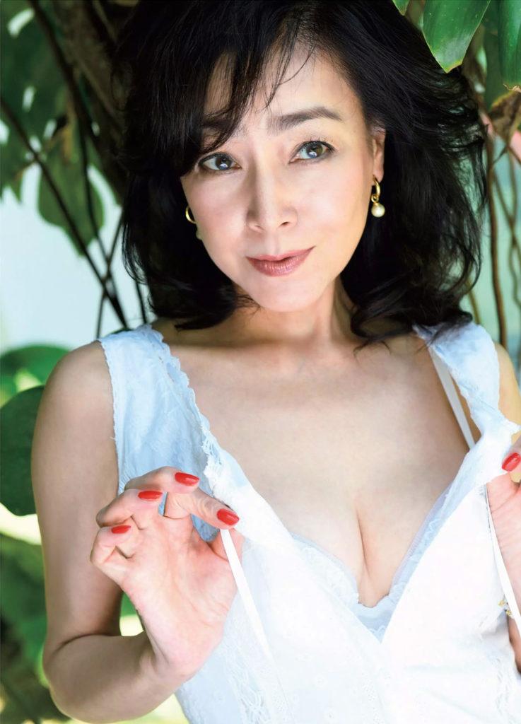 熟女好き歓喜!柏原芳恵(51)完熟ボディが抜ける最新グラビアエロ画像21枚・2枚目の画像