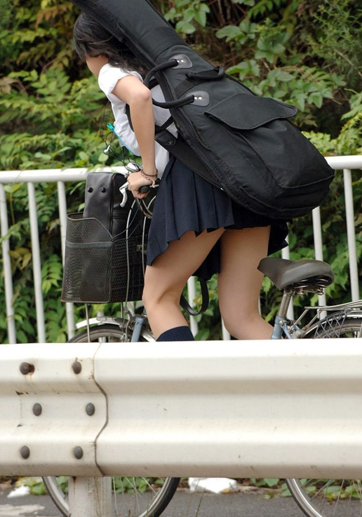自転車通学中のJK娘の盗撮エロ画像30枚・2枚目の画像