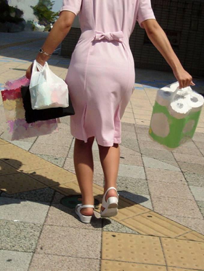 街中で見るナース服姿の透けパンエロ画像22枚・3枚目の画像