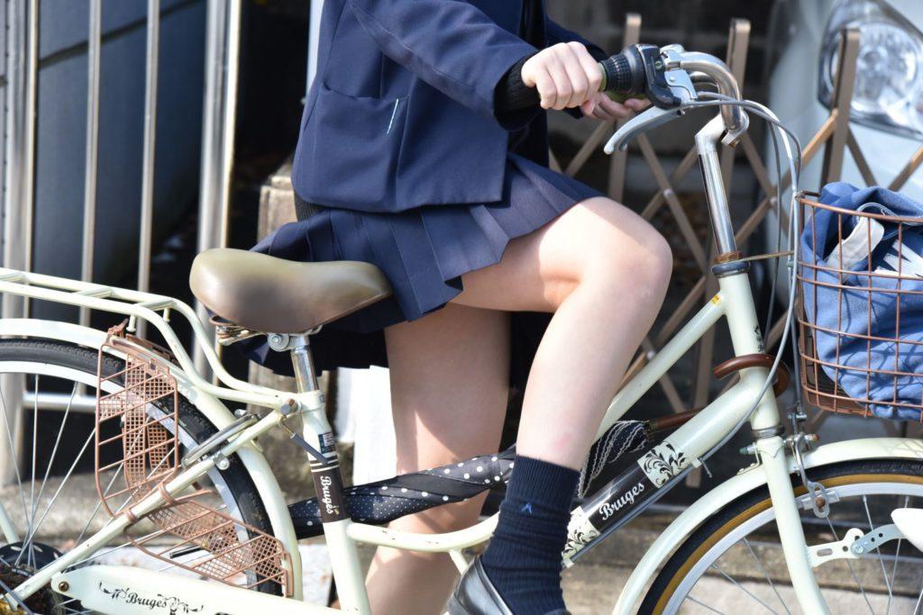 自転車通学中のJK娘の盗撮エロ画像30枚・3枚目の画像