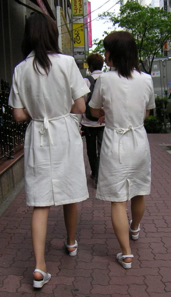 街中で見るナース服姿の透けパンエロ画像22枚・5枚目の画像