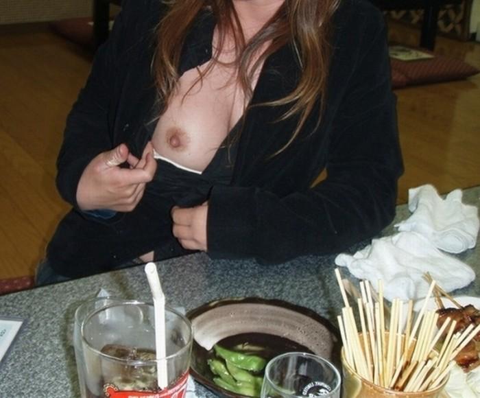 店内露出でおっぱい見せてくれる従順娘のエロ画像30枚・5枚目の画像