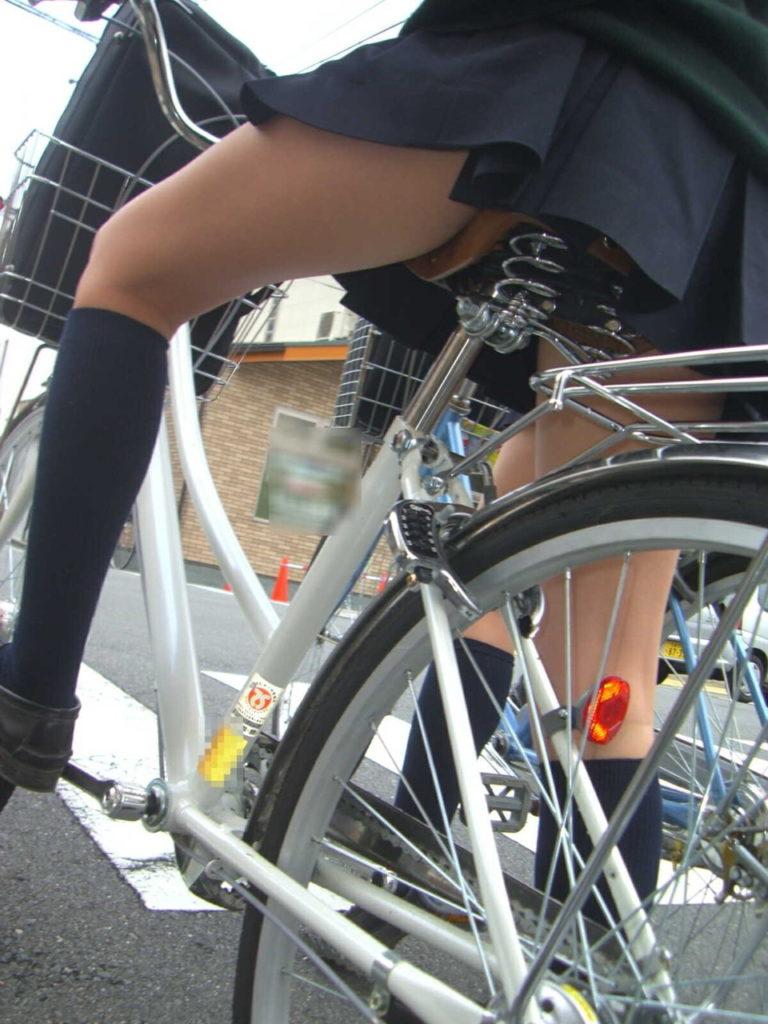 自転車通学中のJK娘の盗撮エロ画像30枚・5枚目の画像