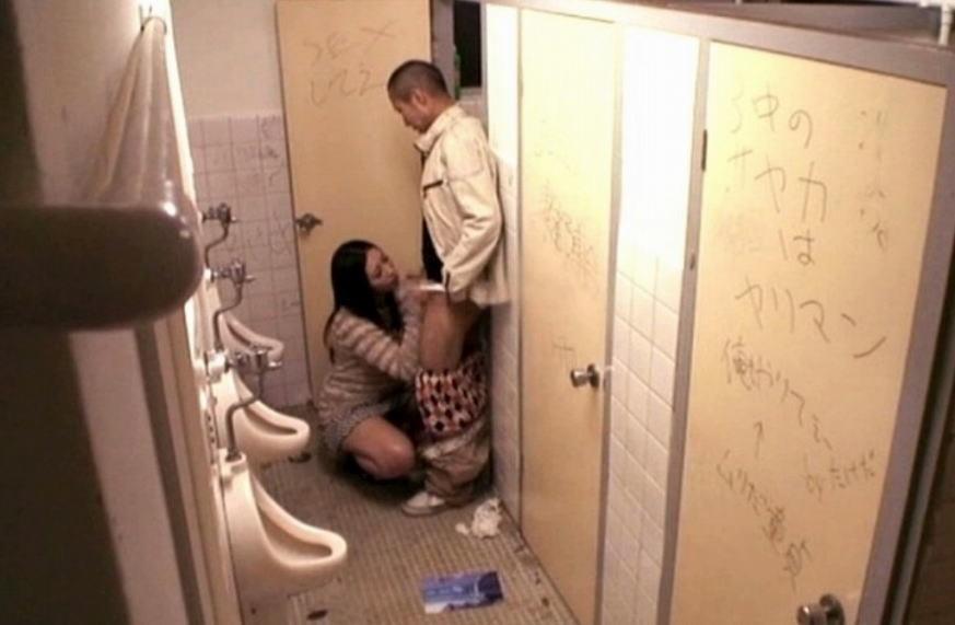 公衆トイレでセックスしちゃうカップルのエロ画像30枚・7枚目の画像