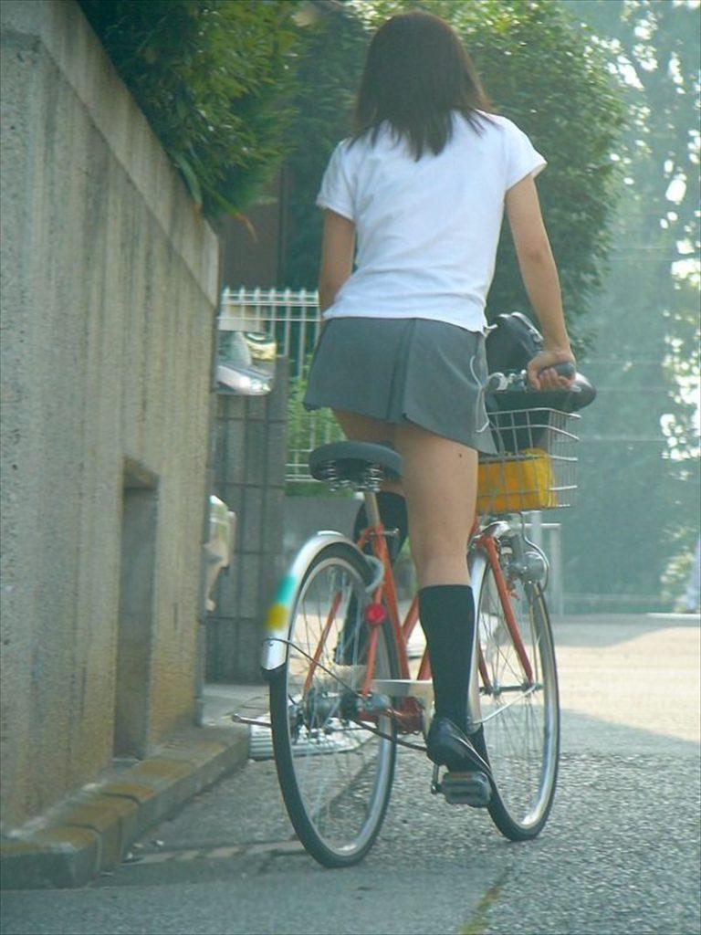 自転車通学中のJK娘の盗撮エロ画像30枚・7枚目の画像