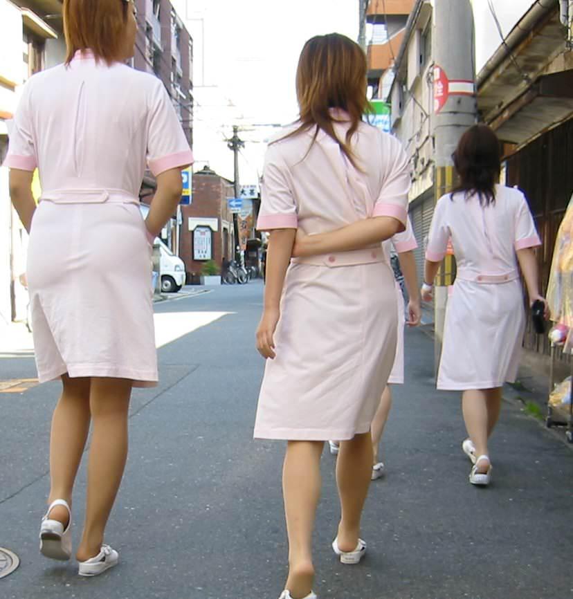 街中で見るナース服姿の透けパンエロ画像22枚・10枚目の画像