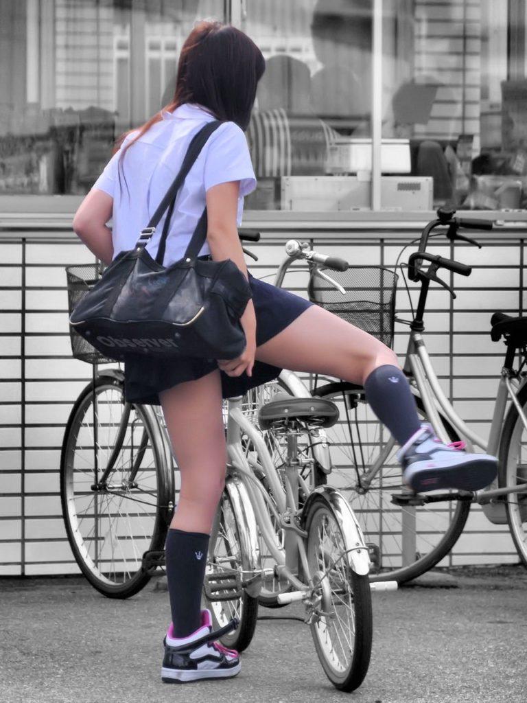 自転車通学中のJK娘の盗撮エロ画像30枚・10枚目の画像