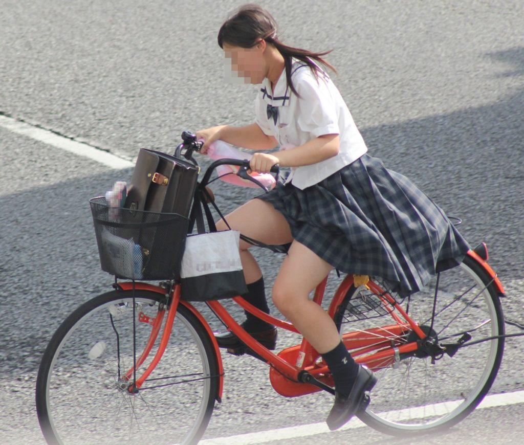 自転車通学中のJK娘の盗撮エロ画像30枚・14枚目の画像