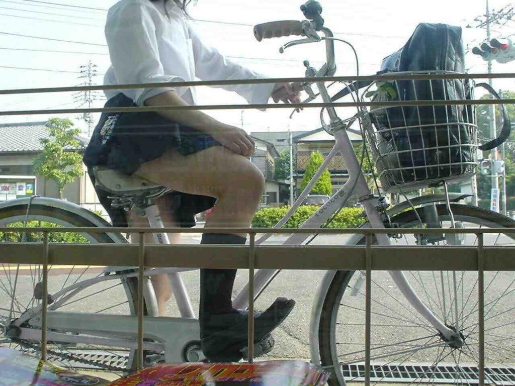 自転車通学中のJK娘の盗撮エロ画像30枚・15枚目の画像