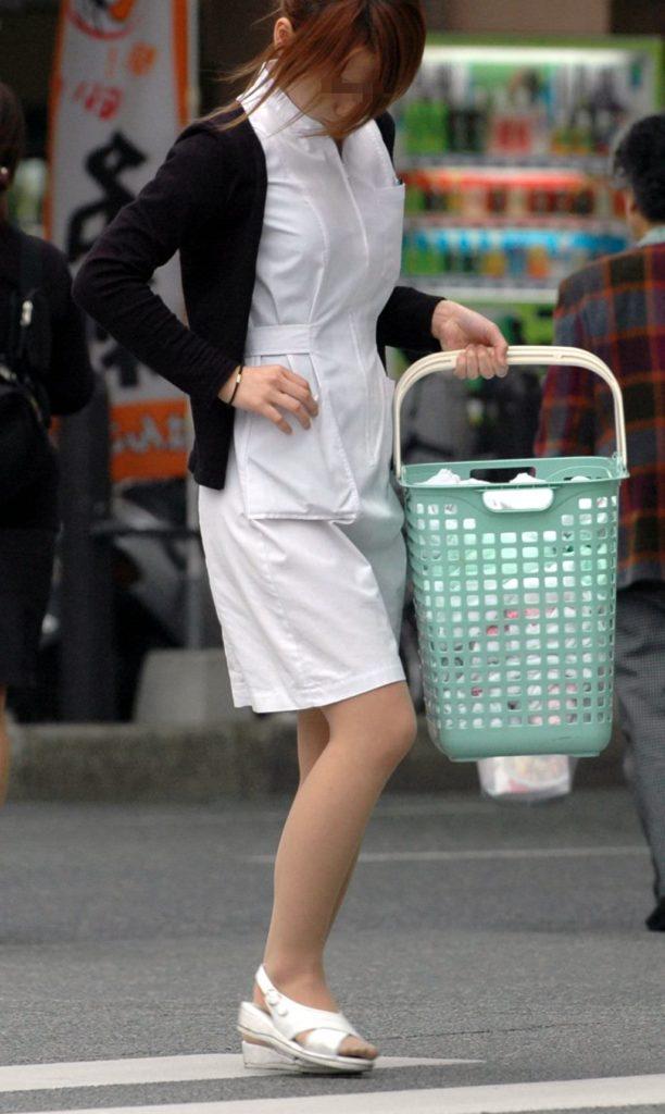 街中で見るナース服姿の透けパンエロ画像22枚・17枚目の画像