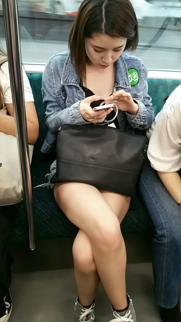 スリル満点!パンチラ見えそうな電車内盗撮のエロ画像39枚・19枚目の画像
