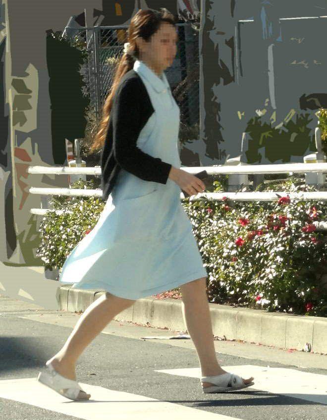 街中で見るナース服姿の透けパンエロ画像22枚・19枚目の画像