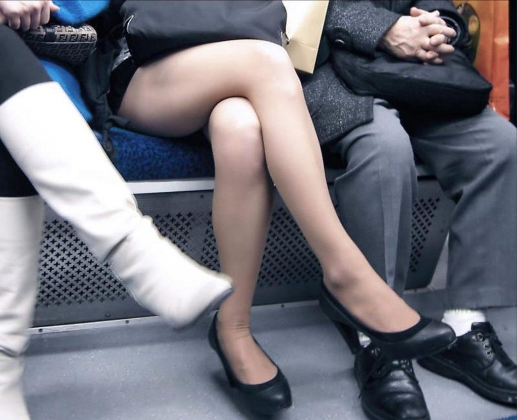 脚組み姿がスケベ過ぎる女のエロ画像33枚・20枚目の画像