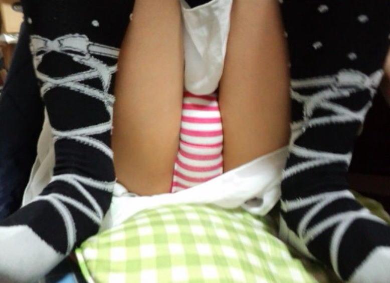 何色がお好き?縞パン履いたロリ娘のエロ画像30枚・20枚目の画像