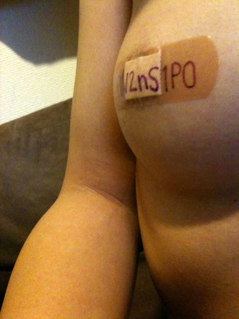 ニプレスや絆創膏で絶妙に乳首隠す女のエロ画像33枚・20枚目の画像