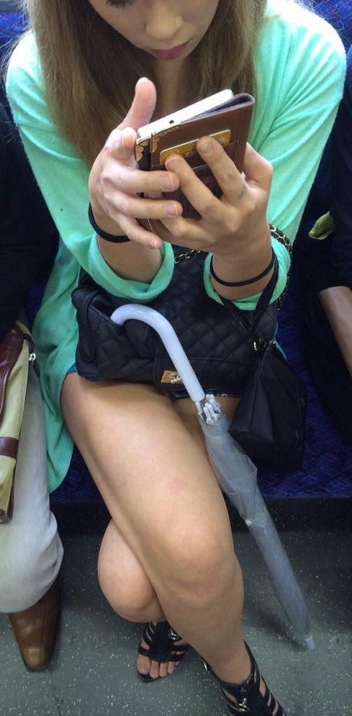 スリル満点!パンチラ見えそうな電車内盗撮のエロ画像39枚・21枚目の画像