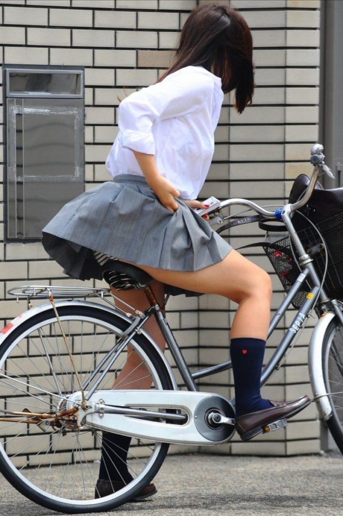 自転車通学中のJK娘の盗撮エロ画像30枚・22枚目の画像