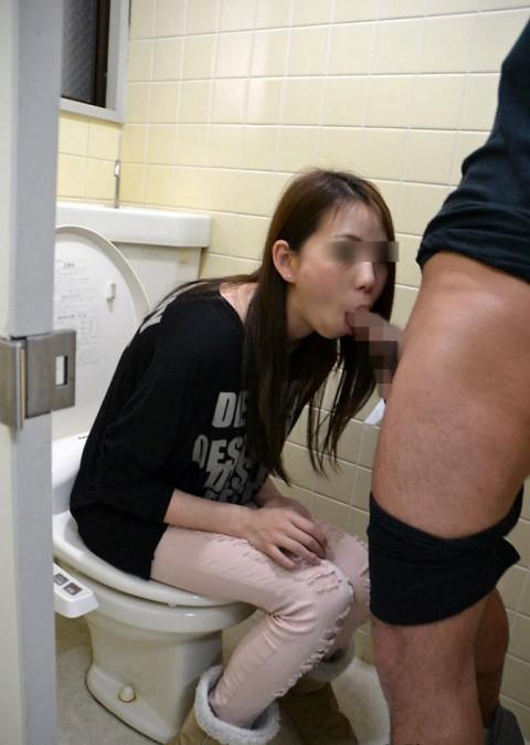 公衆トイレでセックスしちゃうカップルのエロ画像30枚・23枚目の画像