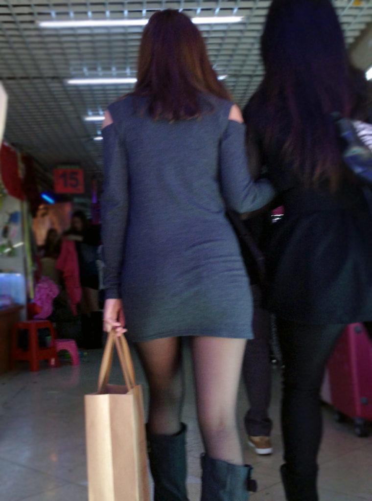 生足露出がエロい中国人素人娘のエロ画像35枚・25枚目の画像