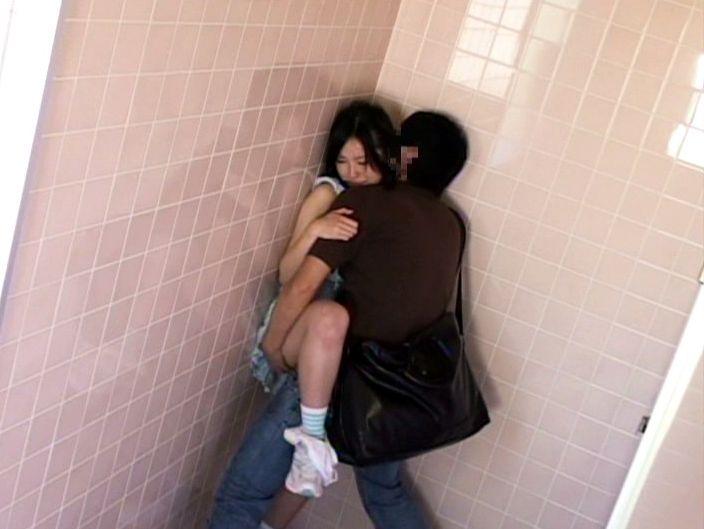 公衆トイレでセックスしちゃうカップルのエロ画像30枚・34枚目の画像