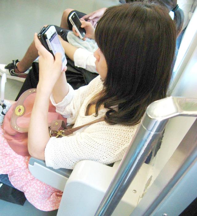 スリル満点!パンチラ見えそうな電車内盗撮のエロ画像39枚・27枚目の画像