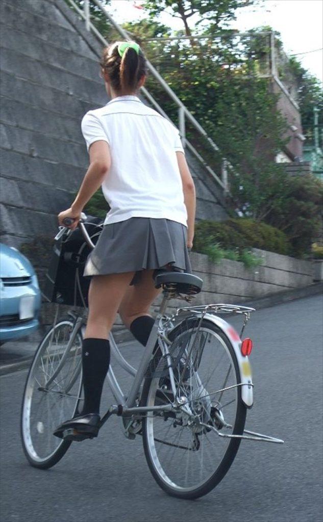 自転車通学中のJK娘の盗撮エロ画像30枚・33枚目の画像