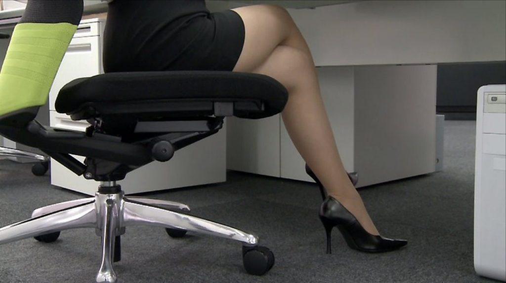 脚組み姿がスケベ過ぎる女のエロ画像33枚・34枚目の画像