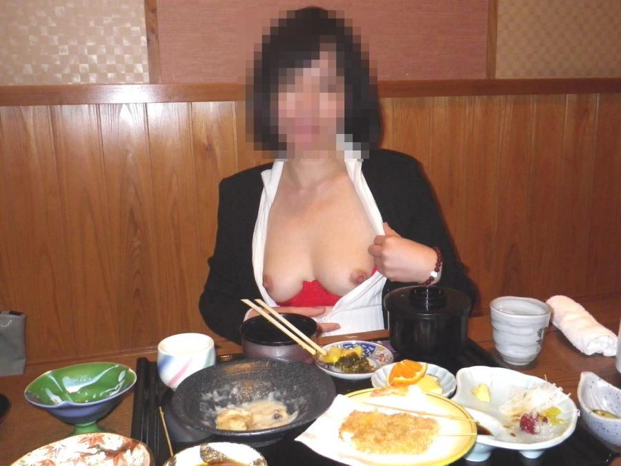 店内露出でおっぱい見せてくれる従順娘のエロ画像30枚・35枚目の画像