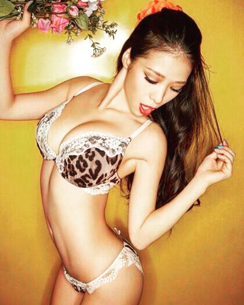 紅蘭(27)のFカップ巨乳を胸チラしまくりのエロ画像48枚・37枚目の画像