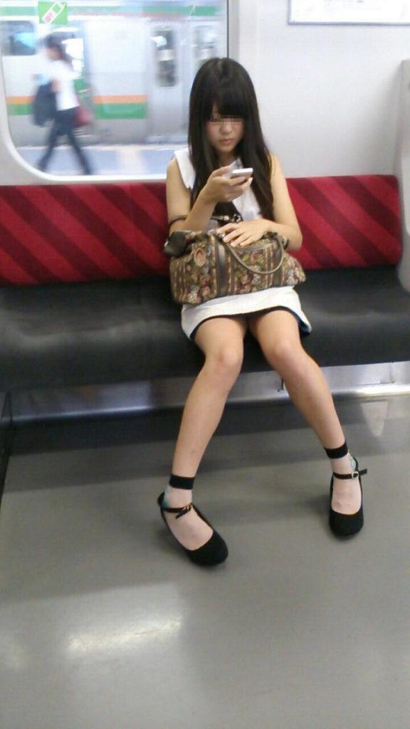 スリル満点!パンチラ見えそうな電車内盗撮のエロ画像39枚・46枚目の画像