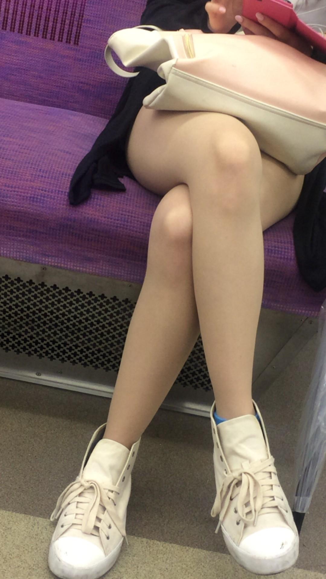 急に飛び込んでくる街中で見る美脚女子のエロ画像33枚・12枚目の画像