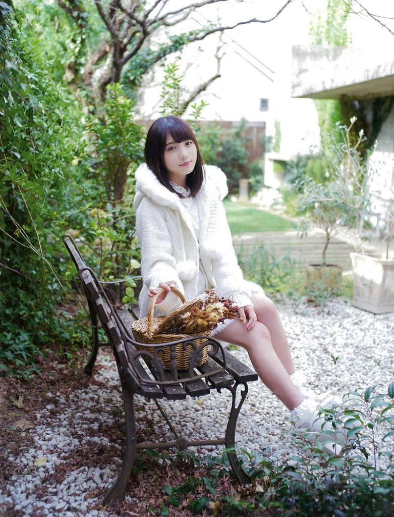 与田祐希がベンチで休憩中の画像