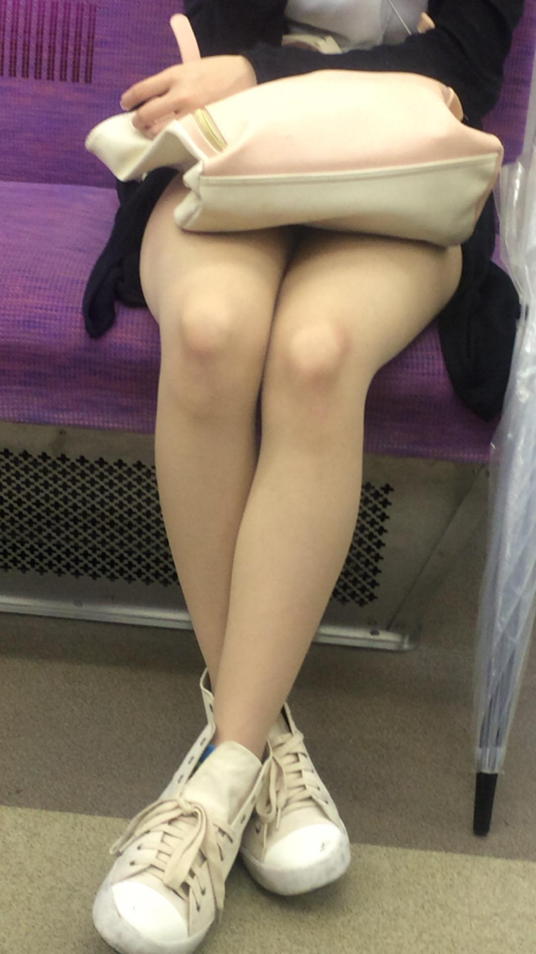 急に飛び込んでくる街中で見る美脚女子のエロ画像33枚・17枚目の画像