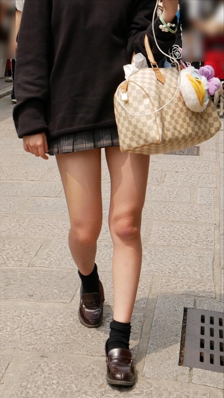 急に飛び込んでくる街中で見る美脚女子のエロ画像33枚・18枚目の画像