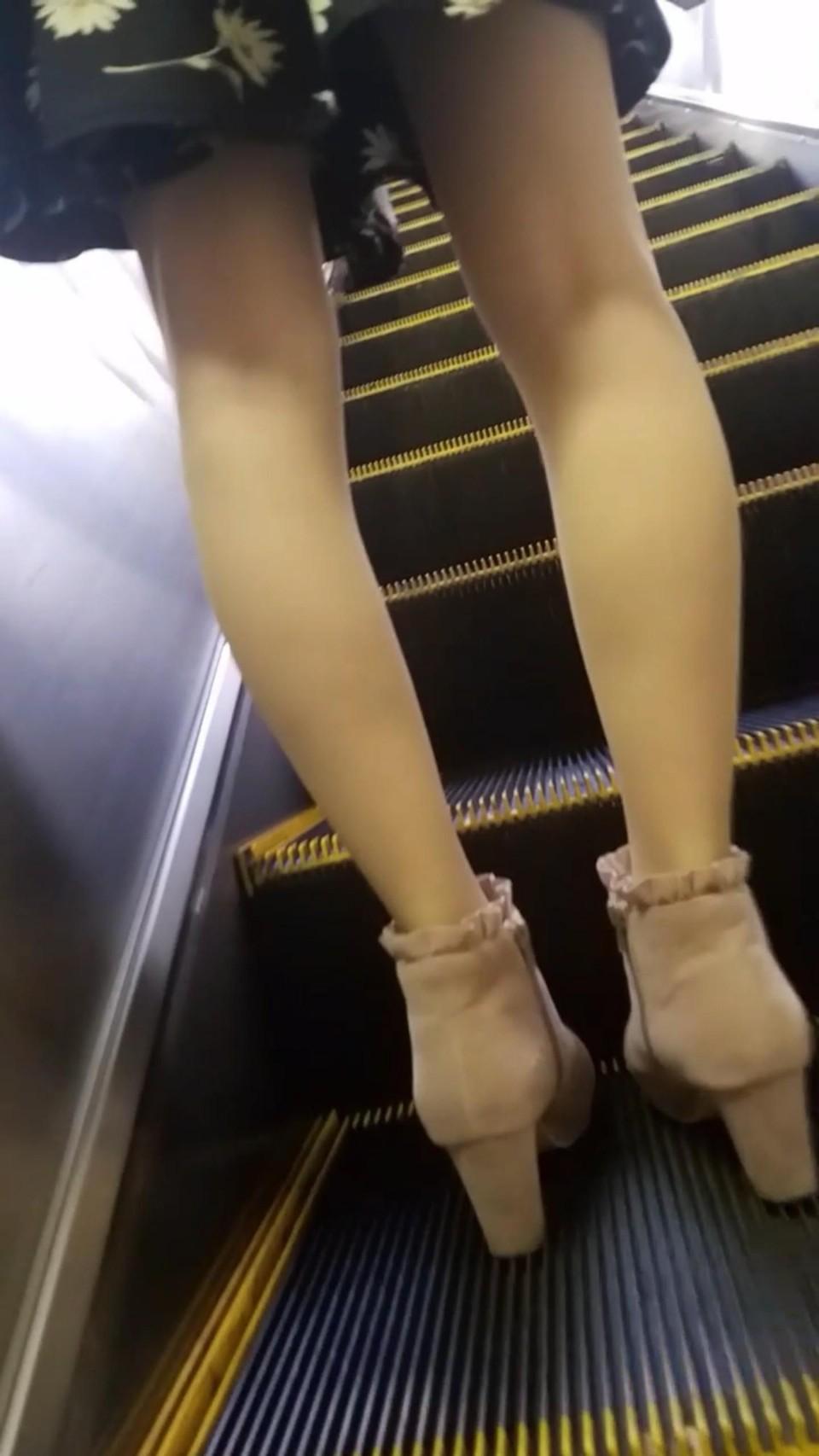 急に飛び込んでくる街中で見る美脚女子のエロ画像33枚・22枚目の画像