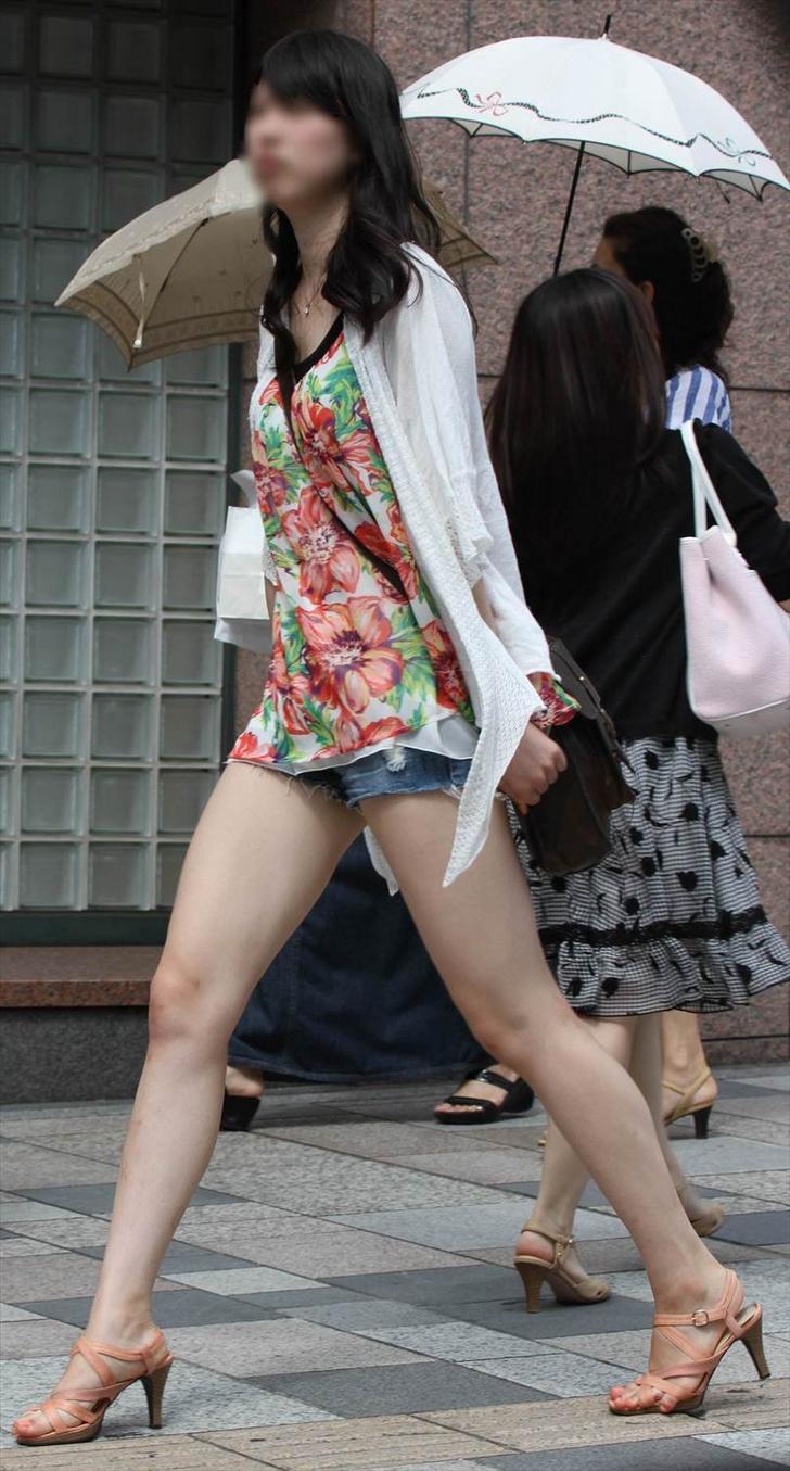 急に飛び込んでくる街中で見る美脚女子のエロ画像33枚・24枚目の画像