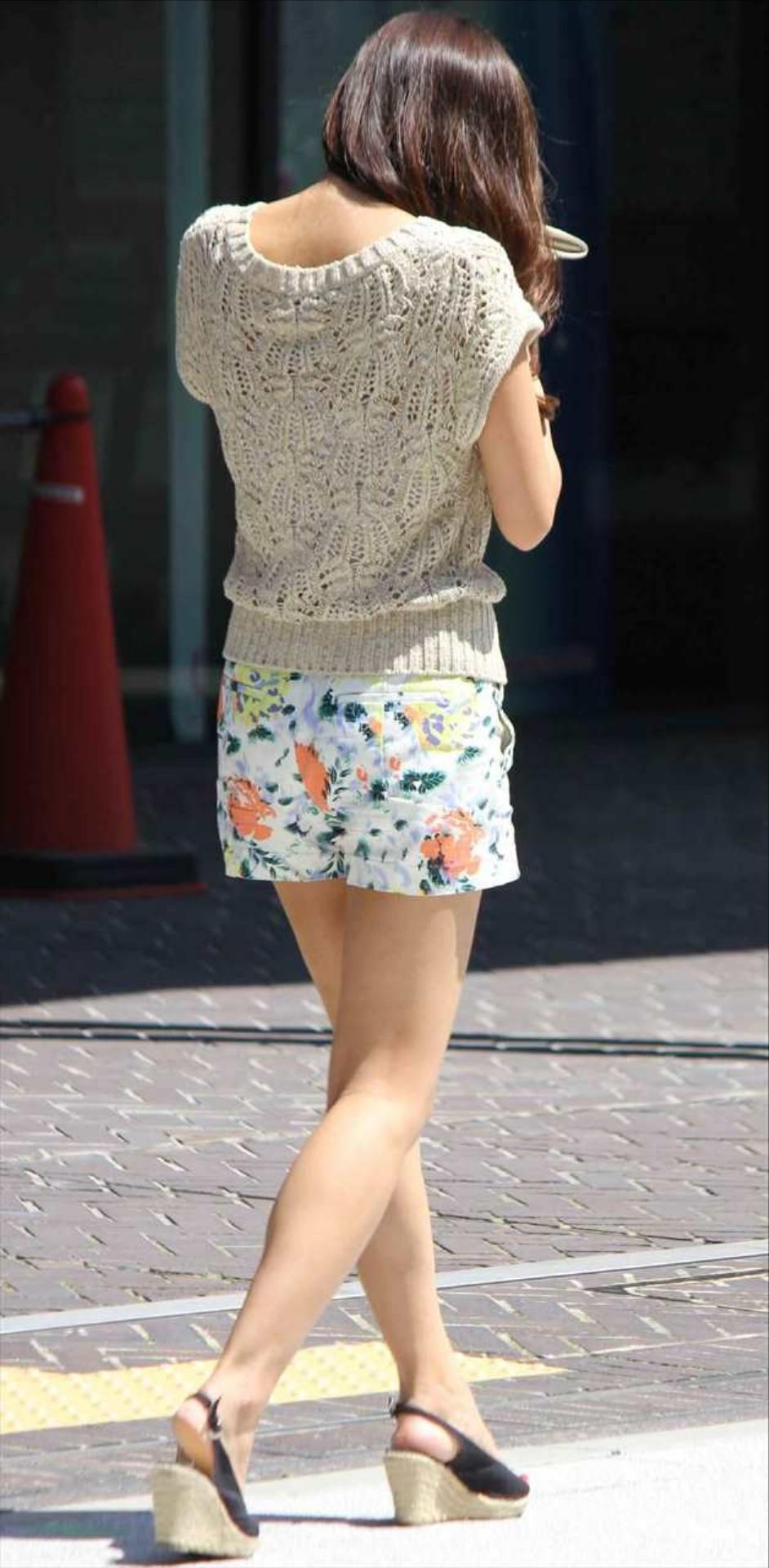 急に飛び込んでくる街中で見る美脚女子のエロ画像33枚・38枚目の画像